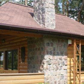 Drewniany dom z kamiennym kominem