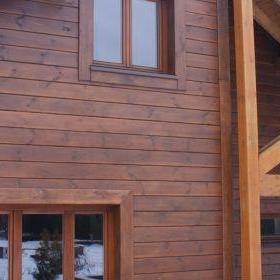 Drewniany dom z tarasem