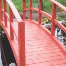 Czerwony drewniany most